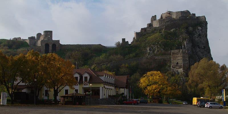800px Devin castle