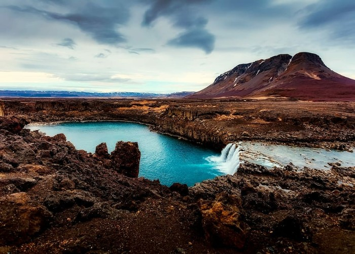 iceland-mountains-lake-country